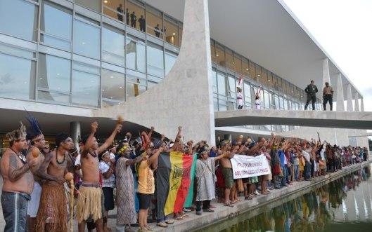 28003-indigenas-fazem-manifestacao-no-palacio-do-planalto-contra-a-pec-que-altera-a-demarcacao-de-terras